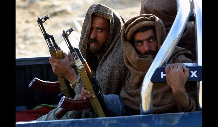 Combattants de l'Alliance de l'Est en route vers la ligne de front dans les montagnes de Tora Bora en Afghanistan où les forces d'Al-Qaida furent vaincues après un siège de deux semaines. Photo Joao Silva / The New York Times. 16 décembre 2001