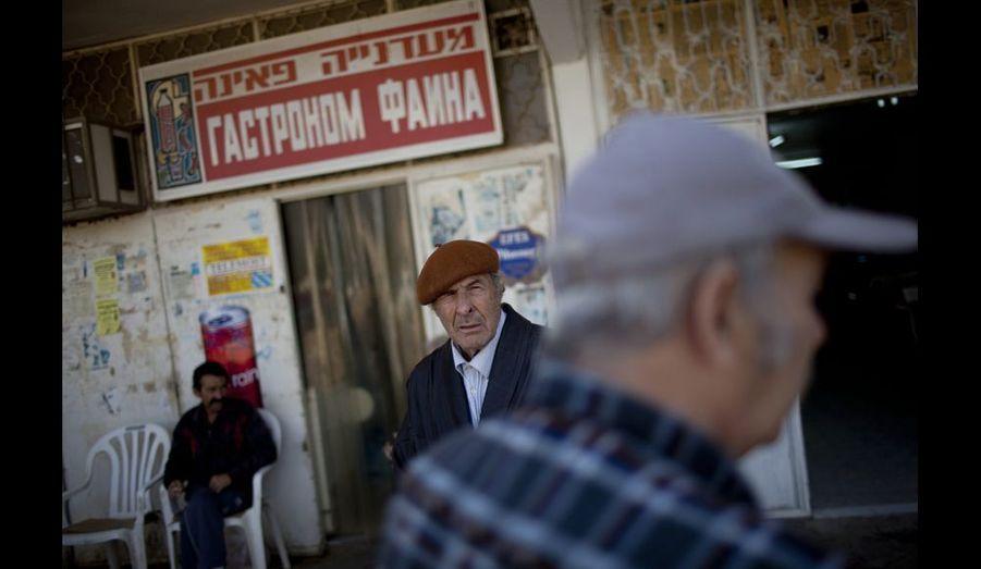 Chômage, violence, pauvreté et problèmes d'intéragtion.: l'autre visage d'Isaraël. Ici, des immigrés d'Europe de l'Est discutent un vendredi après-midi à Beer-Sheva, devant une épicerie russe. Photo Pierre Terdjman / Cosmos pour Paris Match.
