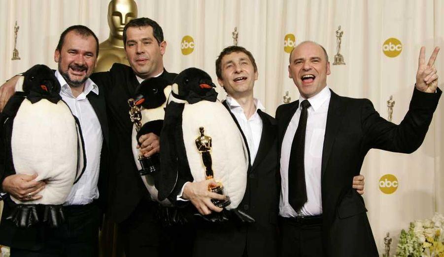 """En 2006, l'équipe de """"La Marche de l'empereur"""" a reçu l'Oscar du Meilleur documentaire. Sur la photo, de gauche à droite: Emmanuel Priou, Luc Jacquet, Yves Darondeau, et Christophe Lionel. Luc Jacquet n'est pas le seul à avoir reçu ce prix: Jean-Xavier de Lestrade avait été récompensé en 2002 pour """"Un coupable idéal"""", ou encore Marcel Ophüls en 1989 pour """"Hôtel Terminus"""". Les premiers avaient été Jacques-Yves Cousteau et Louis Malle pour """"Le Monde du silence""""."""