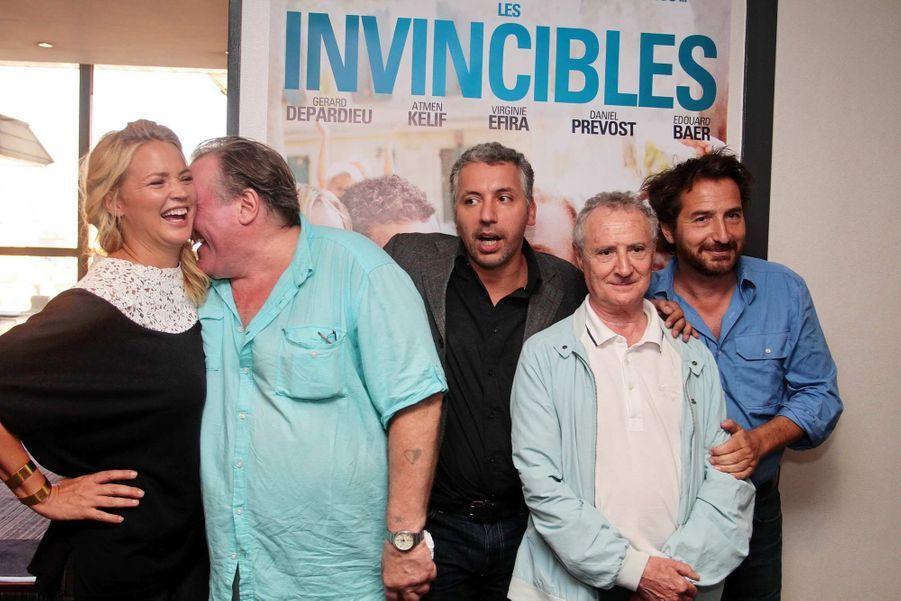 L'avant-première des «Invincibles», une comédie de Frédéric Berthe, a eu lieu à Marseille (Bouches-du-Rhône) mardi soir, en présence des acteurs principaux, Gérard Depardieu, Atmen Kélif, Virginie Efira, mais aussi Daniel Prevost et Edouard Baer. Une soirée qui s'est déroulée sous le signe de la bonne humeur. «Ce qui m'a séduit dans ce film, a expliqué la star de 64 ans à «La Provence», c'est la vérité de l'histoire. C'est une histoire vécue par Atem Kelif (…). Quand j'ai lu le scénario, j'ai découvert que la pétanque c'est un lieu de rencontre, un univers culturel. (…) C'est une histoire de solidarité, d'intégration.» D'après le quotidien local, il s'agira de l'unique apparition promotionnelle de l'acteur désormais franco-russe, qui joue, dans le film, un homme qui demande la nationalité algérienne pour pouvoir jouer avec son ami expulsé en Algérie.