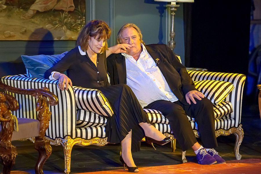 Fanny Ardant et Gérard Depardieu sur le divan letton