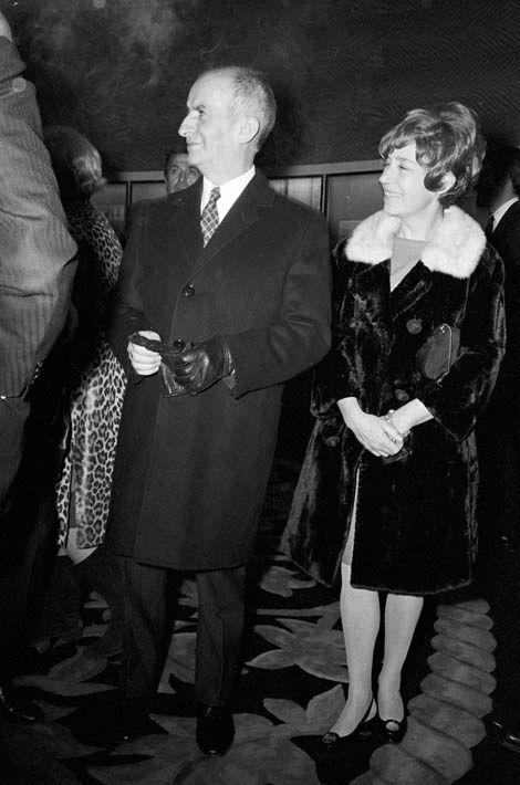 """Lors de la première du film """"Le Petit Baigneur"""" de Robert DHERY, portrait de Louis de FUNES marchant dans un hall de cinéma, en compagnie de son épouse Jeanne DE FUNES"""