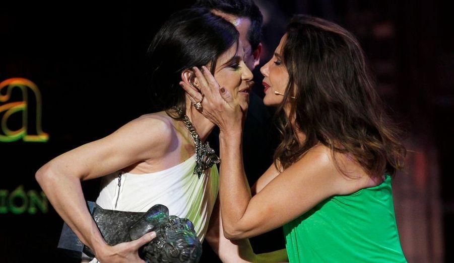 """Victoria Abril embrasse Elena Ayana, désignée meilleure actrice espagnole de l'année lors des Goya, les César du cinéma ibérique pour son rôle dans """"La Piel que Habito"""" de Pedro Almodovar."""
