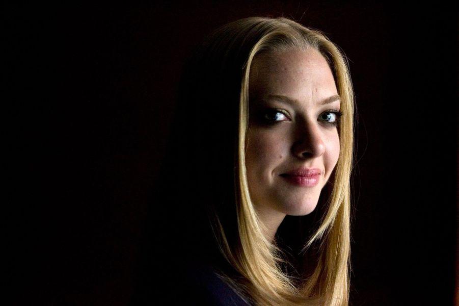 Actuellement à l'affiche de «Ted 2», il est devenu impossible de ne pas reconnaître le joli visage d'Amanda Seyfried. Née en 1985, sur la côté est des Etats-Unis, Amanda commence sa carrière d'abord comme mannequin ; elle a notamment participé à une campagne de vêtements de la marque «LimitedToo». C'est en 2004 que la jeune femme, tout comme Rachel McAdams, fait une première apparition remarquée dans «Lolita malgré moi». Aujourd'hui âgée de 29 ans, l'actrice a tourné dans plus de 40 films et séries.En 2005, elle se retrouve aux côtés de Donald Sutherland et Forest Whitaker dans le «American Gun» d'Aric Avelino. On la revoit ensuite en 2007 dans «Alpha Dog» de Nick Cassavetes aux côtés de Justin Timberlake. Un partenaire qu'elle retrouve à l'écran en 2011 dans «Time Out» de Andrew Niccol. Mais c'est vraiment à partir de 2008 et son rôle dans le film musical«Mamma Mia !», pour lequel elle est nommée Révélation féminine de l'année aux MTV Movie Awards, que tout s'enchaîne pour la belle blonde.En 2009, elle sera à l'affiche de «Jennifer's body» aux côtés de Megan Fox. En 2010, elle obtient le rôle principal de «Chloe», face à Julianne Moore et Liam Neeson. La même année, elle est la tête d'affiche de la jolie comédie romantique «Lettres à Juliette». Prenant goût aux films d'amour, elle sera en 2010 la petite-amie deChanning Tatumdans «Cher John», adapté du roman de Nicholas Sparks.A lire également :Il était une fois… Rachel McAdamsEn 2011, elle obtient encore une fois le rôle principale dans le thriller de Catherine Hardwicke «Le Chaperon Rouge». En 2012, elle joue la jeune Cosette dans l'adaptation en comédie musicale du roman de Victor Hugo, «Les Misérables» aux côtés de Hugh Jackman, Russell Crowe et Anne Hathaway. Après avoir poussé la chansonnette, elle revient arme à la main dans «Disparue», sorti en 2012. En 2013, elle assiste à «Un Grand Mariage» avec Robert de Niro, Katherine Heigl et Diane Keaton. Mais Amanda Seyfried n'est pas qu'une actrice de cinéma. Elle e