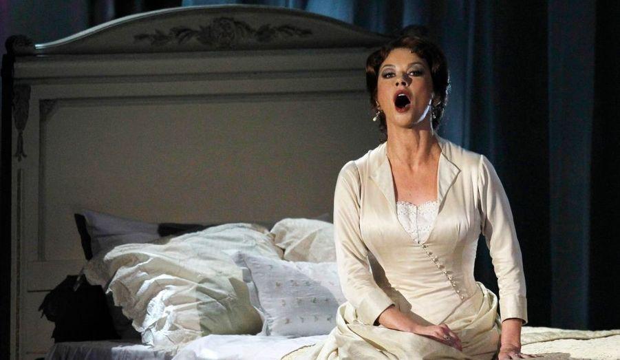 """Faite Commandeur de l'Empire britannique en 2010, Catherine Zeta-Jones remporte également un Tony Award pour son rôle dans la comédie musicale pour """"A Little Night Music""""."""