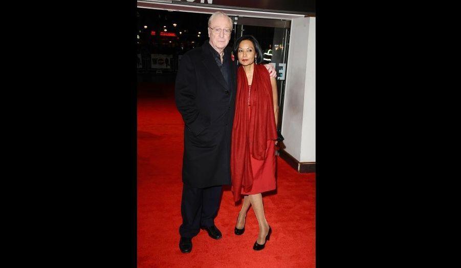 Avec sa femme Shakira sur le tapis rouge pour la première londonienne d'Harry Brown le 11 novembre 2009 à l'Odeon Cinema.