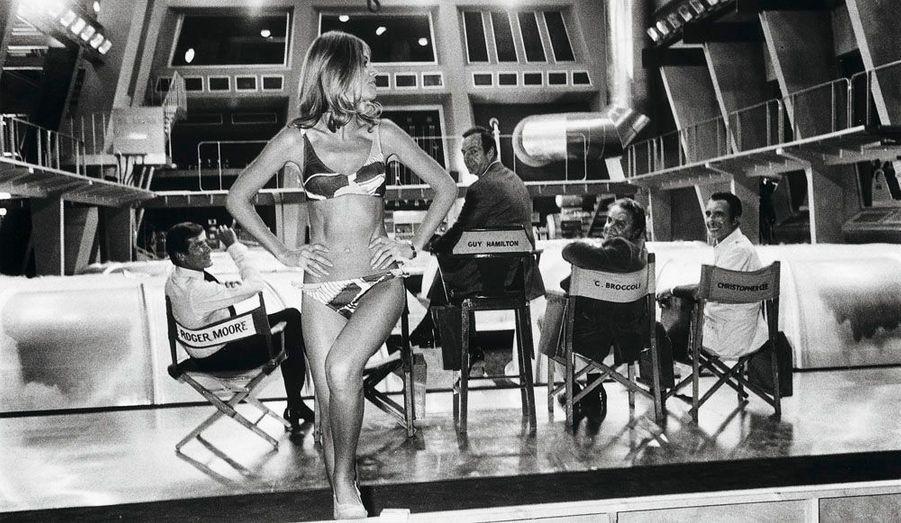 Sur le tournage de «L'homme au pistolet d'or», en 1974. L'actrice suédoise Britt Ekland magnétise Roger Moore (James Bond), Guy Hamilton, le réalisateur, Cubby Broccoli, le producteur, et Christopher Lee, qui joue le méchant Scaramanga.