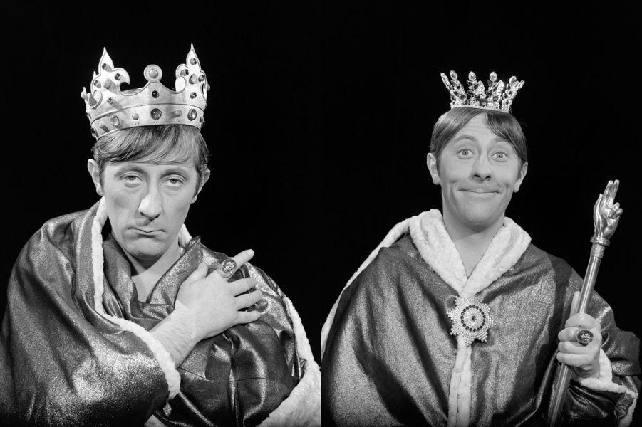 """Jean Rochefort en roi imaginaire dans """"Loin de Rueil"""" une comédie musicale réalisée par Claude Barma d'après l'oeuvre de Raymond Queneau"""