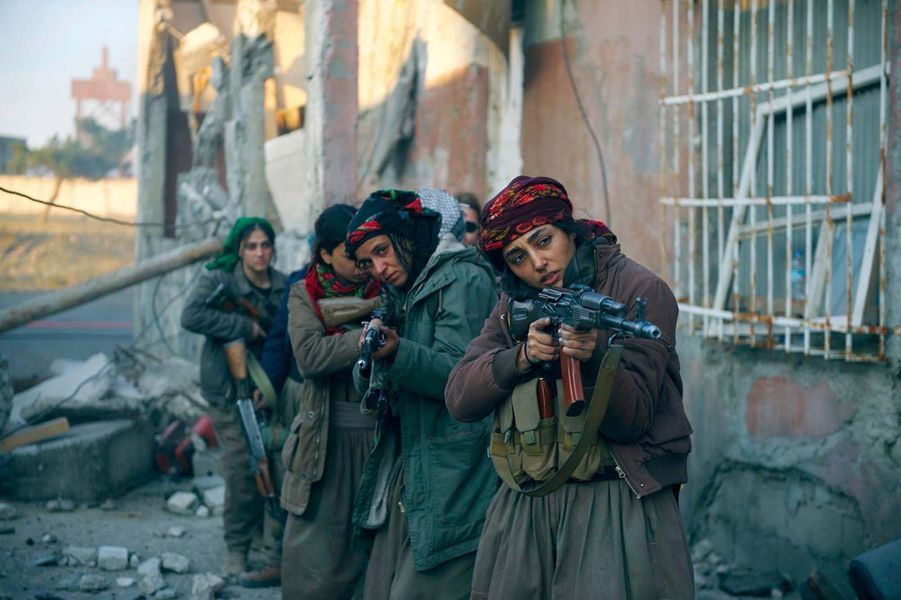 «Les Filles du soleil» d'Eva Husson Le synopsis :Au Kurdistan, Bahar, commandante du bataillon Les Filles du Soleil, se prépare à libérer sa ville des mains des hommes en noir, avec l'espoir de retrouver son fils. Une journaliste française, Mathilde, vient couvrir l'offensive et témoigner de l'histoire de ces guerrières d'exception.Depuis que leur vie a basculé, toutes se battent pour la même cause : la femme, la vie, la liberté.