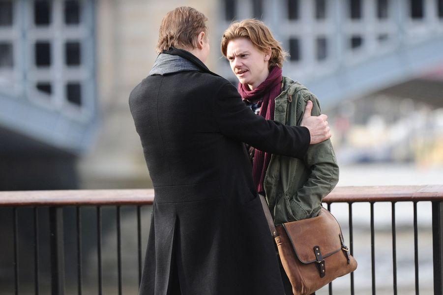 Liam NeesonetThomas Brodie-Sangster sur le tournage de la suite de «Love Actually», le 16 février 2017.