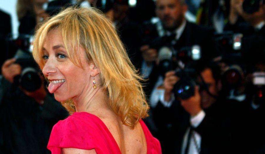 """Sylvie Testud a été faite chevalier dans l'ordre national du Mérite par la ministre de la Culture hier soir à Paris. Christine Albanel a salué : """"un électron libre, un ludion doublé d'un caméléon, qui enchaîne les rôles les plus exigeants comme une envie de mordre le cinéma à pleines dents."""" A chaque apparition au cinéma, l'actrice de """"Karnaval"""", des """"Blessures assassines"""" ou encore de """"Stupeur et tremblementsfait"""" fait """"éclater la vérité d'un personnage, avec une grâce fragile et une innocente jovialité, qui fait d'elle l'une des actrices les plus attachantes de notre cinéma"""", a encore estimé la ministre."""