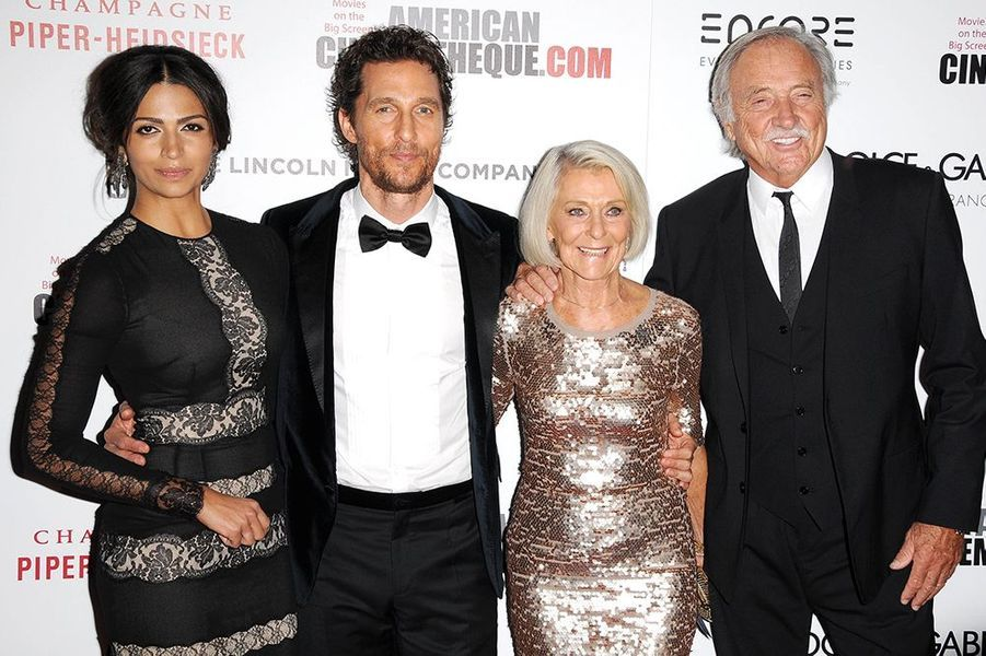 Matthew McConaughey entouré de son épouse, Camila, de sa mère, Kay, et de son beau-père, C.J. Carlig