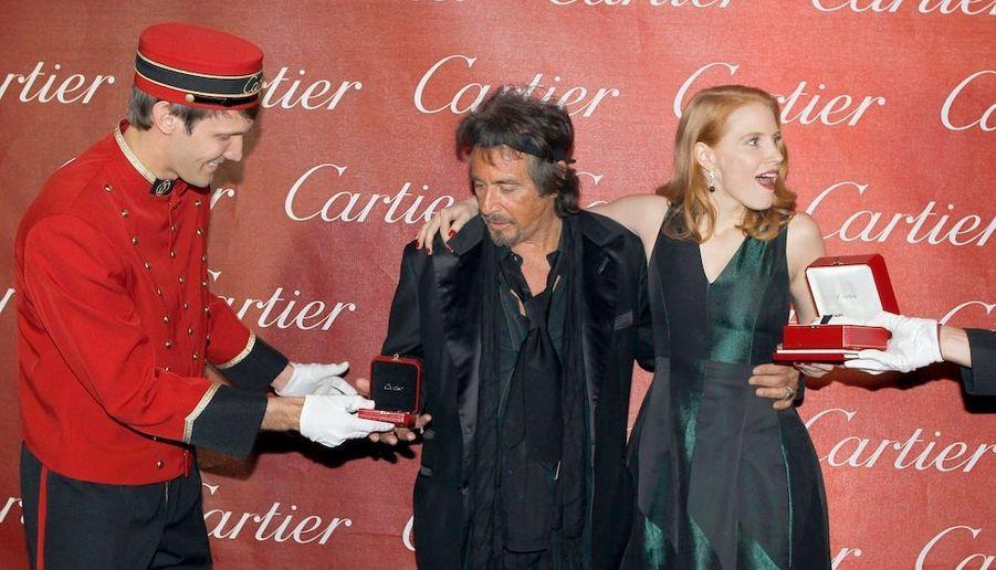 ... recevant des cadeaux Cartier.