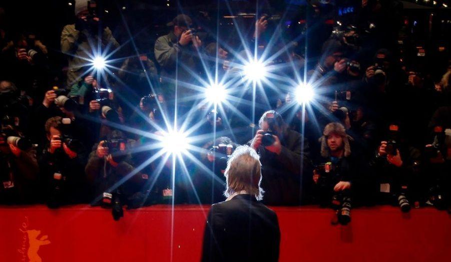L'acteur gallois, de dos, devant les étoiles de la nuit berlinoise.