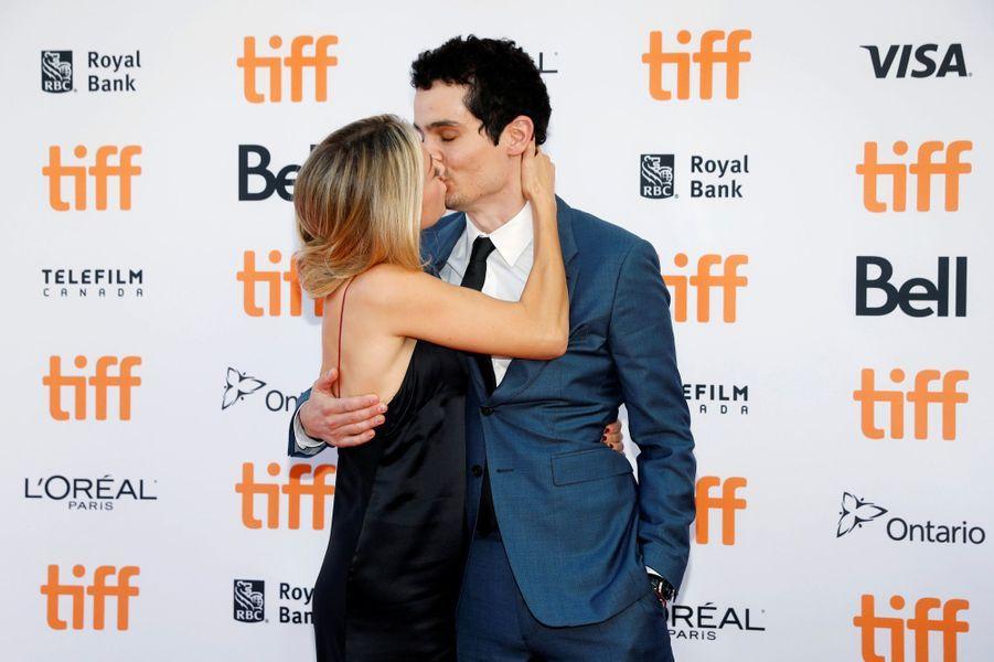 Damien Chazelle embrasse sa compagne à Toronto.