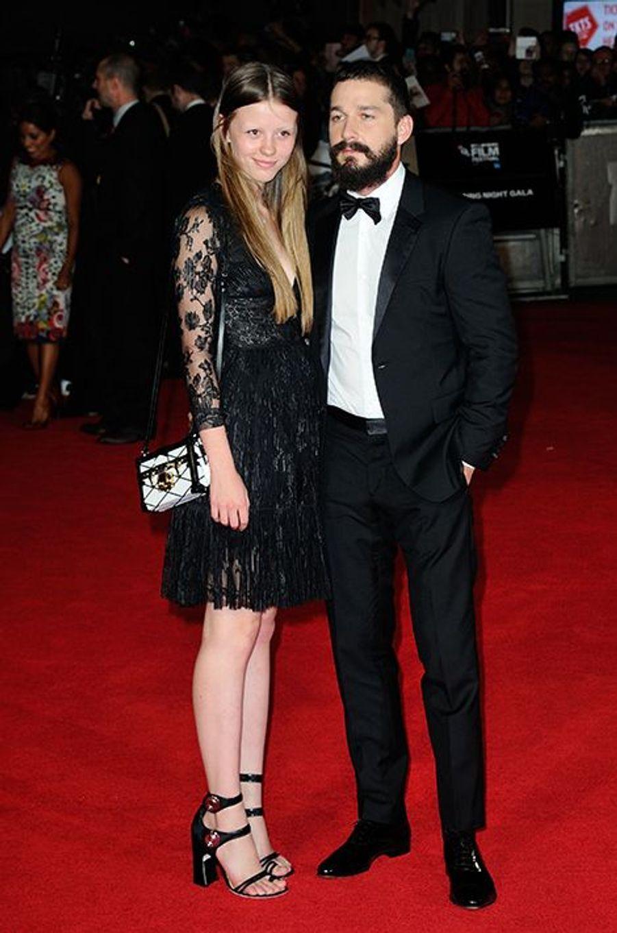 """Shia Labeouf et sa compagne, l'actrice Mia Goth, à la première londonienne de """"Fury"""" le 19 octobre 2014"""