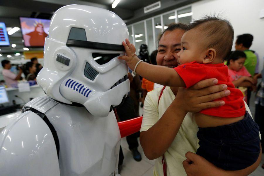 #MayThe4thBeWithYou: célébrations du Star Wars Day à Bangkok, en Thaïlande, le 4 mai 2016.