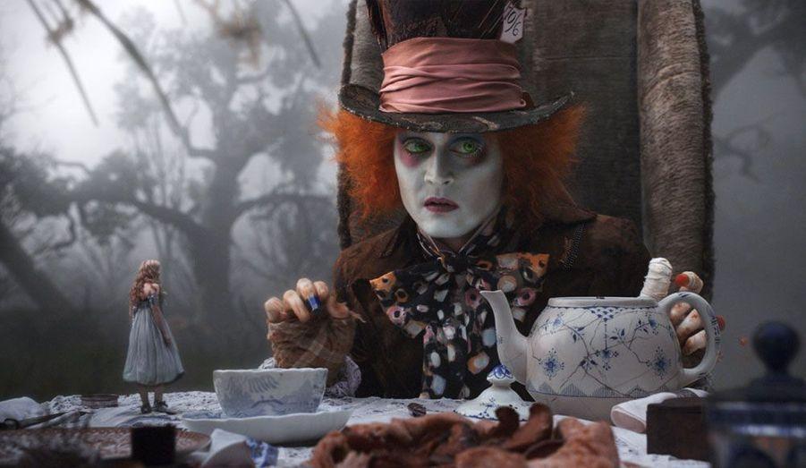 Basé sur l'œuvre de Lewis Carroll, le film est un succès et remporte deux Oscars en 2011. Johnny Depp y prend les traits du chapelier fou.