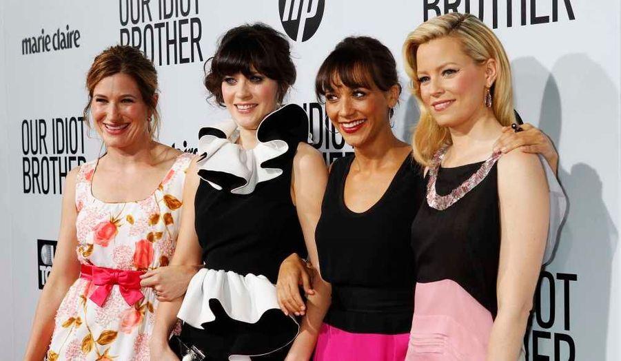 Kathryn Hahn, Zooey Deschanel, Rashida Jones, et Elizabeth Bank posent à l'occasion de l'avant-première hollywoodienne de leur nouveau film, Our Idiot Brother, de Jesse Peretz et avec Paul Rudd.