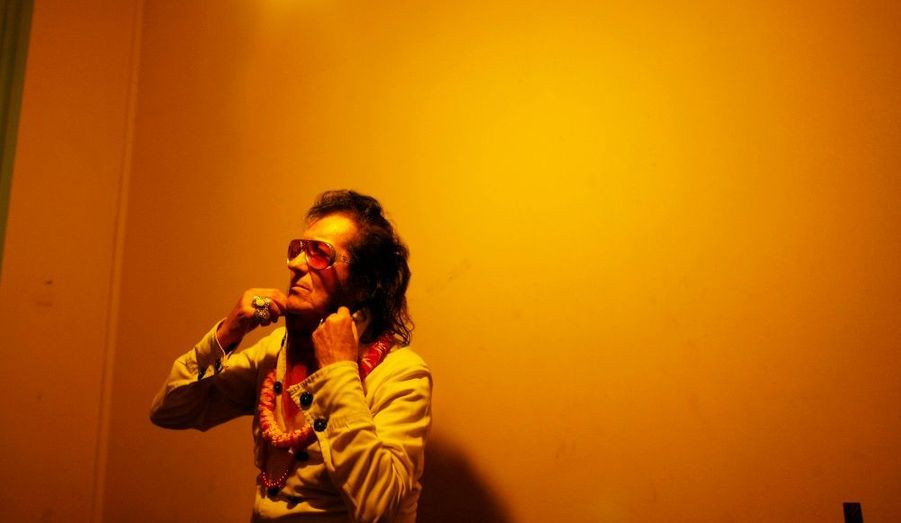 Marcelo Rossi, 75 ans, est un sosie d'Elvis à Valparaiso, au Chili. Comme beaucoup d'autres, il a voulu rendre hommage au King en fêtant le 33ème anniversaire de sa mort.