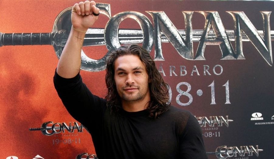 """L'acteur américain Jason Momoa pose pour les photographes lors de la présentation de la nouvelle version de """"Conan le barbare"""" à Madrid, lundi."""