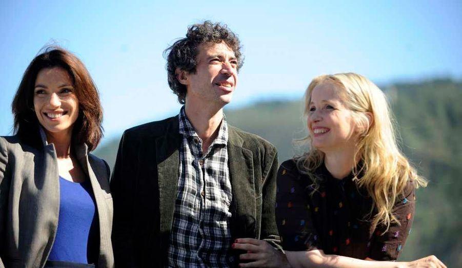 """Les acteurs Aure Atika et Eric Elmosnino, et la réalisatrice Julie Delpy en promotion du film """"Le Skylab"""" au Festival du Film de San Sebastian."""