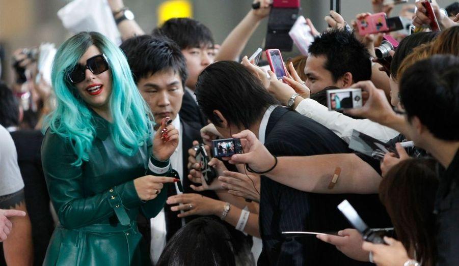 Lady Gaga a pris un joli bain de foule à son arrivée à l'aéroport de Tokyo. La star a été l'une des premières à se mobiliser pour venir en aide aux victimes du tsunami, en mars dernier.