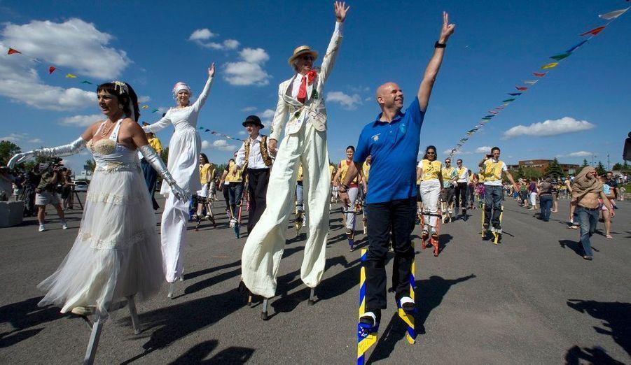 Près de 900 employés et artistes du Cirque du Soleil sont montés sur des échasses mardi à Montréal pour célébrer le 25e anniversaire de la multinationale québécoise du divertissement et se réapproprier un record mondial Guinness.