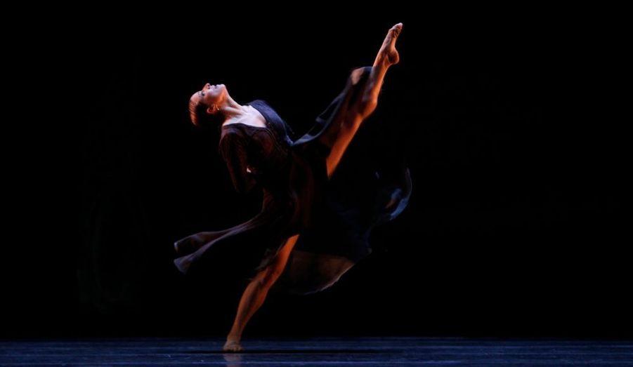 Une danseuse de la compagnie nationale de danse d'Espagne répète sa chorégraphie pour le spectacle «Arenal», qui est mis en scène par Nacho Duato et se déroule à Madrid.