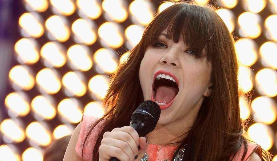 """La chanteuse canadienne Carly Rae Jepsen en pleine prestation pour l'émission de NBC le """"'Today' show"""", à New York."""