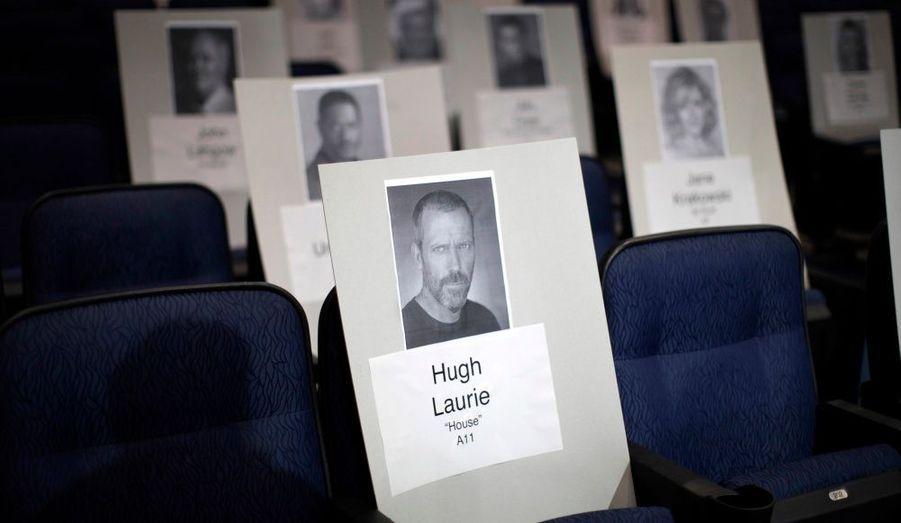 Un carton à l'effigie de l'acteur Hugh Laurie marque son futur emplacement à la cérémonnie des 62emes Emmy Awards, à Los Angeles, hier.
