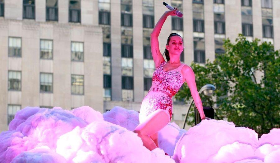 La chanteuse déjantée Katy Perry chante sous les néons roses, pendant l'émission Today diffusée sur la chaîne américaine NBC à New York, hier.