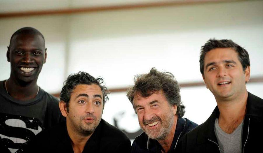"""Les acteurs Omar Sy (à G.), et Francoise Cluzet (3e à G.) et les réalisateurs Eric Toledano (2e à G.) et Olivier Nakache défendu leur film """"Intouchables"""" au dernier jour du 59e Festival de San Sebastian, samedi soir."""