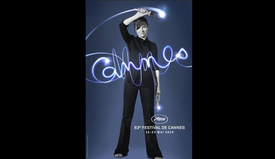 L'affiche du 63e Festival de Cannes qui se déroulera du 12 au 23 mai prochain a été officiellement dévoilée. Photographiée par Brigitte Lacombe, l'actrice française Juliette Binoche poursuit la série des portraits de stars féminines initiées il y a deux ans.