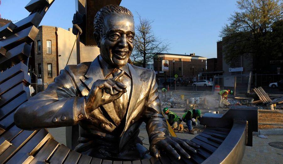 Une statue du grand musicien de jazz Duke Ellington a été érigée sur une nouvelle place de la ville de Washington. Né dans la capitale américaine, Duke Ellington a marqué l'histoire de la musique noire avec son Band pendant plus de 50 ans. La statue est signée du sculpteur Zachary Oxman.