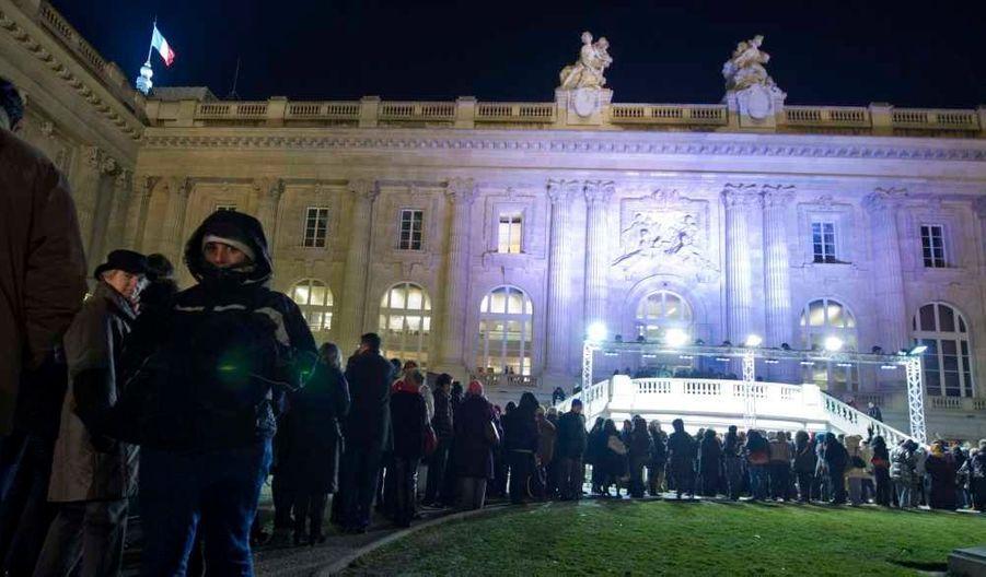 L'exposition Monet, qui s'est achevée lundi soir au Grand Palais, à Paris, à l'issue d'un marathon de 4 jours et 3 nuits, a accueilli un total de 913.064 visiteurs, a annoncé mardi la Réunion des musées nationaux. Il s'agit de la plus forte fréquentation pour une exposition en France depuis plus de 40 ans. Seul le pharaon Toutankhamon avait fait mieux en 1967 avec 1,2 million de visiteurs pour une exposition qui avait duré plus longtemps (six mois et demi au lieu de quatre) au Petit Palais. La rétrospective, qui avait débuté le 22 septembre, présentait 170 toiles de Claude Monet (1840-1926), provenant du musée d'Orsay pour une cinquantaine d'entre elles et, pour le reste, de musées étrangers et de collections privées.