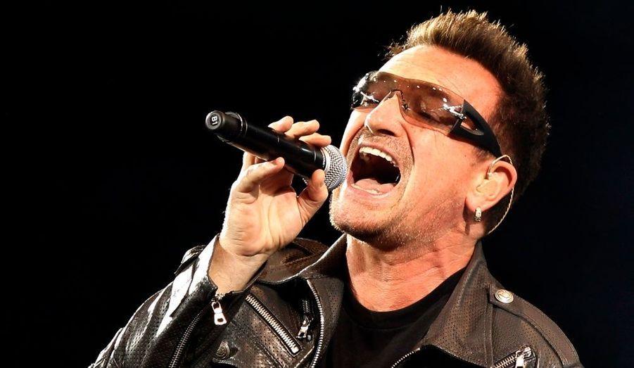 """Le leader du groupe de rock irlandais U2 a tout donné lors d'un concert européen à l'Olympic Stadium de Turin, hier en Italie. Bono est de nouveau capable de monter sur scène, après une longue convalescence de deux mois, suite à une opération, qui a forcé le groupe à reporter certaines dates de la tournée mondiale """"360 Degree"""" aux Etats-Unis. Les fans originaires d'Amérique du Nord devront donc patienter jusqu'à mai 2011."""