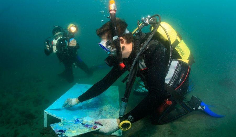 Alexandr Belozor réalise un tableau dans les profondeurs de la Mer noire près de Yalta, hier. L'artiste a peint la plus grande fresque sous-marine - haute de 70 et large de 100 centimètres. Sa performance rejoint le livre des records d'Ukraine et sera soumise à l'approbation du Guinness Book.