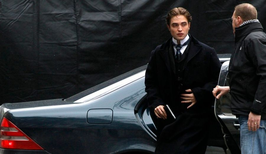 L'acteur britannique Robert Pattinson arrive sur le tournage d'une scène dans son nouveau film, Bel Ami, à Budapest.