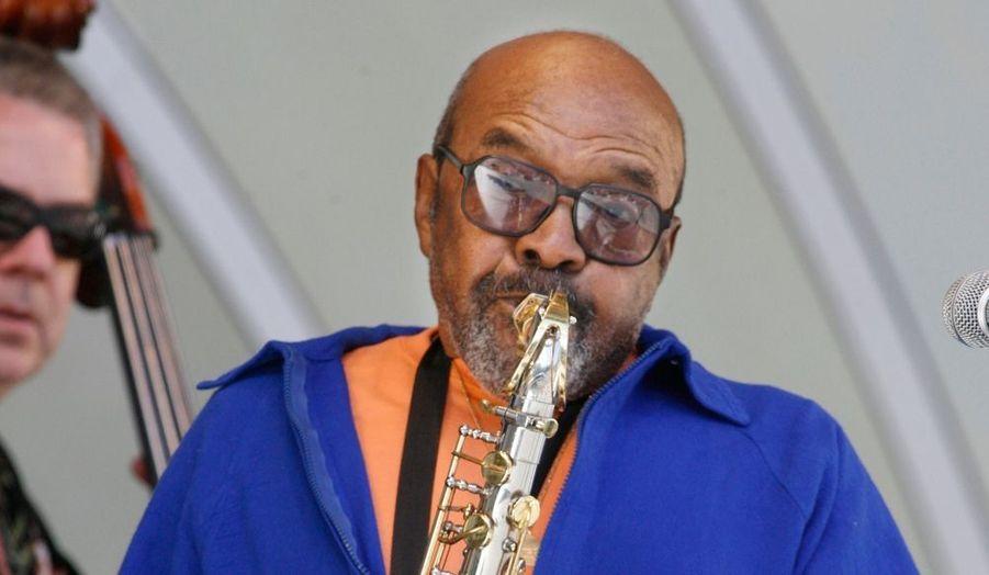 """Le saxophoniste James Moody, grand nom du jazz, est mort à San Diego à l'âge de 85 ans, a annoncé vendredi son épouse. """"Je ressens de la gratitude d'avoir eu le privilège d'être la femme de cet homme extraordinaire pendant près de 22 ans. J'ai tant appris auprès de cet homme beau, généreux et gentil"""", écrit-elle. Né le 26 mars 1925 en Georgie, James Moody avait grandi dans le New Jersey. Ses premiers enregistrements datent de la fin des années 1940, lorsque, démobilisé après la Deuxième Guerre mondiale, il se jette dans le musique pour une carrière qui durera près de soixante années. James Moody se produit avec Dizzy Gillespie, Lionel Hampton ou encore B.B. King. Il est nommé quatre fois aux Grammy Awards, la plus haute distinction de l'industrie américaine du disque. En 2007, le Kennedy Center de Washington lui a accordé le Living Jazz Legend Award."""