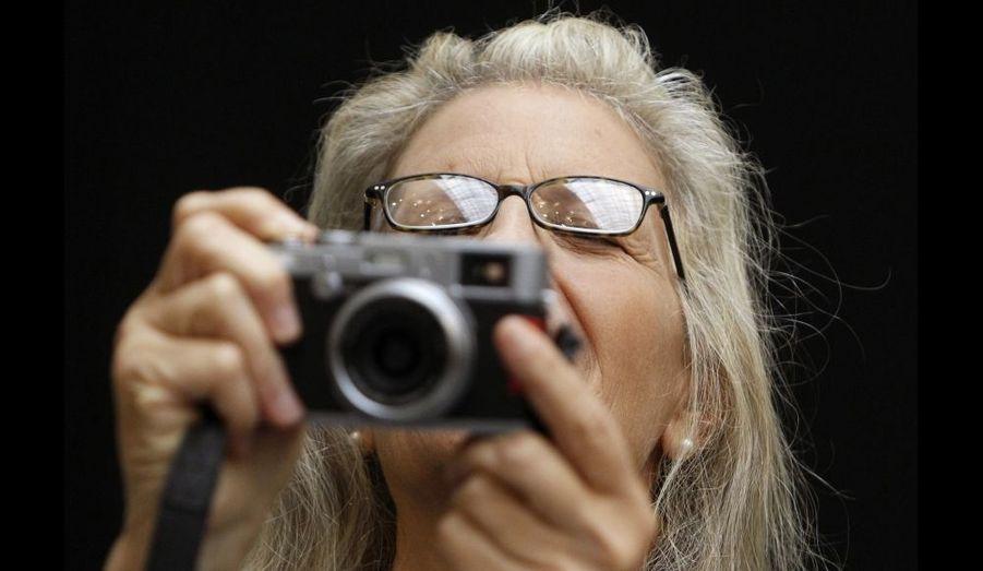 La photographe Annie Leibovitz prends une photo lors d'une présentation à la presse de son exposition de Moscou.