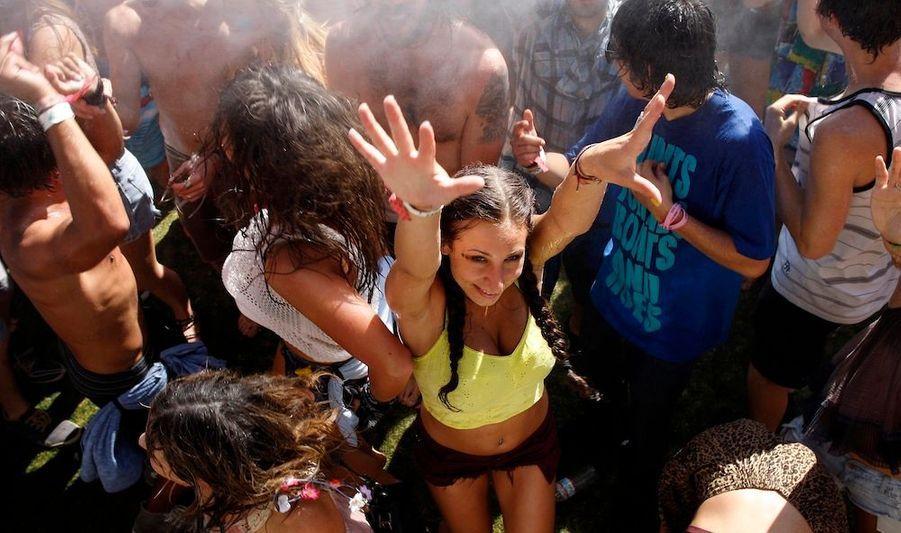Le célèbre Festival de Coachella a débuté vendredi en Californie, et bat son plein. Il se déroulera pour la première fois sur deux week-end, etRadiohead, Justice, les Hives, Beirut, et bien d'autres défileront sur les scènes devant des dizaines de milliers de fans.