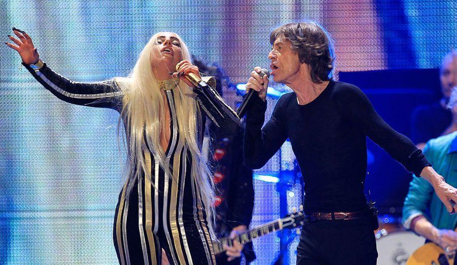 Lady Gaga chante avec Mick Jagger pour le dernier concert de la tournée des Rolling Stones à Newark dans le New Jersey.