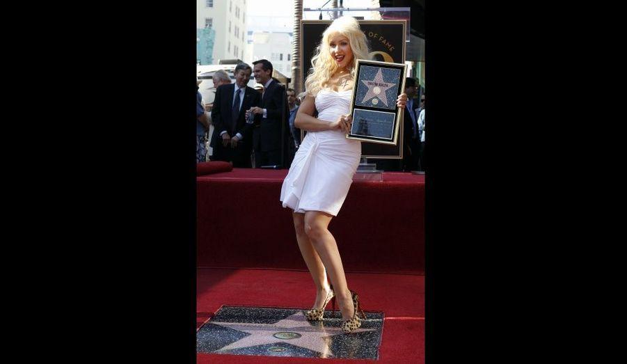 """Christina Aguilera a reçu lundi son étoile sur le Walk of Fame d'Hollywood. A quelques jours de la sortie de comédie musicale Burlesque, où elle partage l'affiche avec Cher et Eric Dane, la chanteuse est apparue tout sourire dans une petite robe blanche sur le célèbre boulevard. """"Oh mon Dieu ! C'est une telle joie de vous voir tous ici, aujourd'hui… Merci infiniment d'être venus pour me soutenir et participer à ce jour si spécial de ma vie !"""", a déclaré la star."""