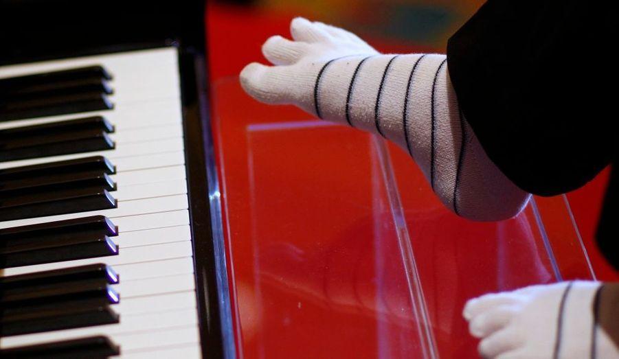 Liu Wei, un jeune pianiste chinois privé de ses deux bras, s'apprête à partir en tournée mondiale pour présenter son art de jouer avec les orteils. Liu Wei, qui a besoin d'une assistance dans les tâches de la vie quotidienne, s'est mis au piano il y a cinq ans, apprenant seul à jouer avec ses pieds. Il y consacre jusqu'à sept heures par jour. Les extraits de ses étonnantes performances tournent sur les sites internet de partage de vidéo, et Liu Wei est devenu une sorte d'égal de Susan Boyle, qui avait elle aussi accédé à une notoriété mondiale grâce à sa participation à la version britannique de ce concours artistique télévisé. La tournée de Liu Wei, dont les détails ne sont pas encore connus, le mènera notamment à Paris, à Vienne, à Hong Kong et à Taipeh.