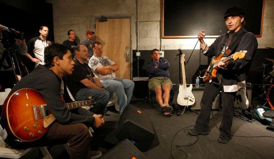 Le guitariste Nils Lofgren, de l'E Street Band de Bruce Springsteen, donne une leçon au Rock'n'Roll Fantasy Camp de Los Angeles. Le chanteur de Kiss, Paul Stanley ; le batteur de Black Sabbath, Vinny Appice, ou encore le producteur compositeur Mark Hudson, enseignent actuellement l'art du rock à de jeunes étudiants réunis au Camp's North Hollywood.