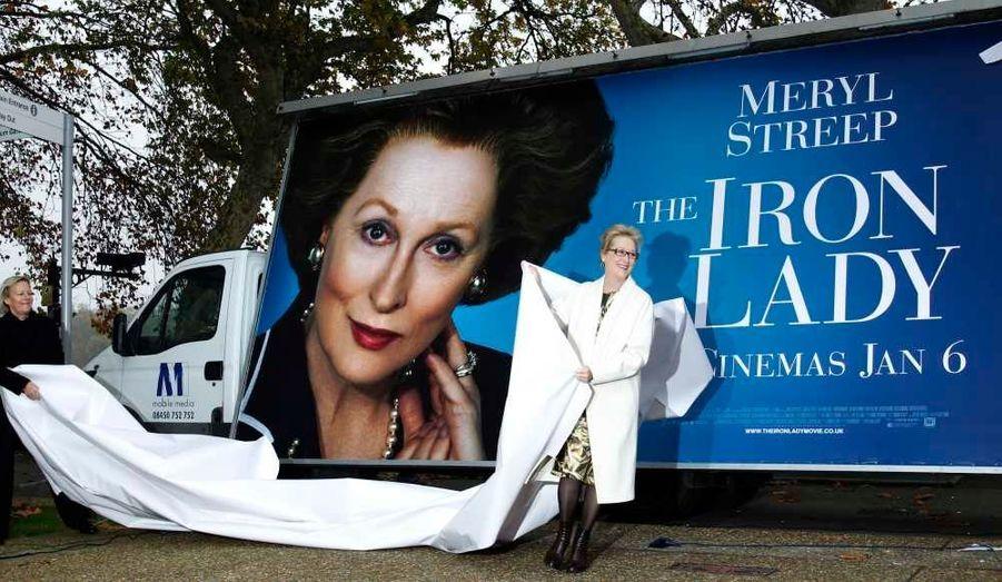 """Meryl Streep a dévoilé l'affiche de son nouveau film """"La Dame de fer"""" en face du Parlement à Londres. Le film, qui est basé sur la vie de l'ancien Premier ministre britannique Margaret Thatcher, sortira le 6 janvier en Grande-Bretagne, et le 15 février en France."""