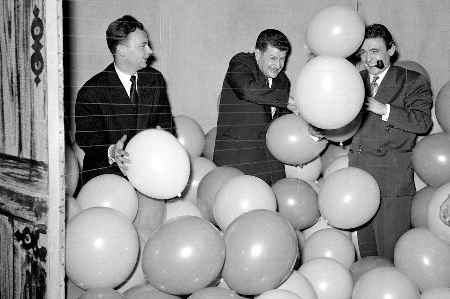 """Pierre Bellemare (au milieu) préparant l'émission """"Télé match"""", en 1954 ."""