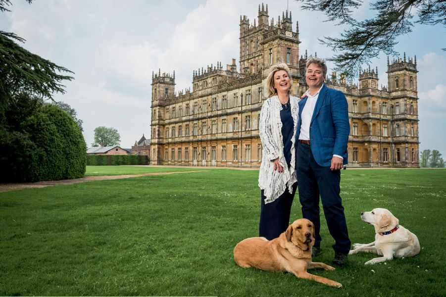 Lady Fiona et lord Carnarvon avec les labradors Alfie (à g.) et Bella, devant leur château à 100 kilomètres à l'ouest de Londres.