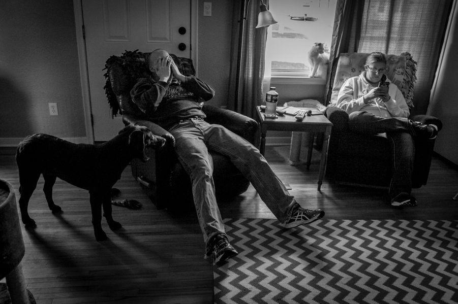 Ethan, 25 ans, ici avec son épouseKatie Hanson, violenté par un sergent instructeur. Son agresseur n'est plus en contact avec les jeunes recrues mais il n'a subi aucune sanction pénale. Ethan, quant à lui, souffre d'hallucinations, d'angoisse et d'accès de violence incoercibles. Sur le lit, les innombrables médicaments, mélangés à l'alcool, qu'il prend pour dormir et oublier.